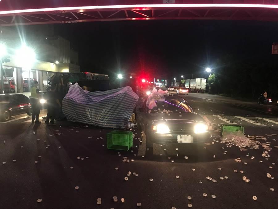 遭追撞的小貨車被撞到翻車側倒在地,肇事地點就在消防隊大門口,無須報案消防隊救火速完成救援。(謝瓊雲翻攝)