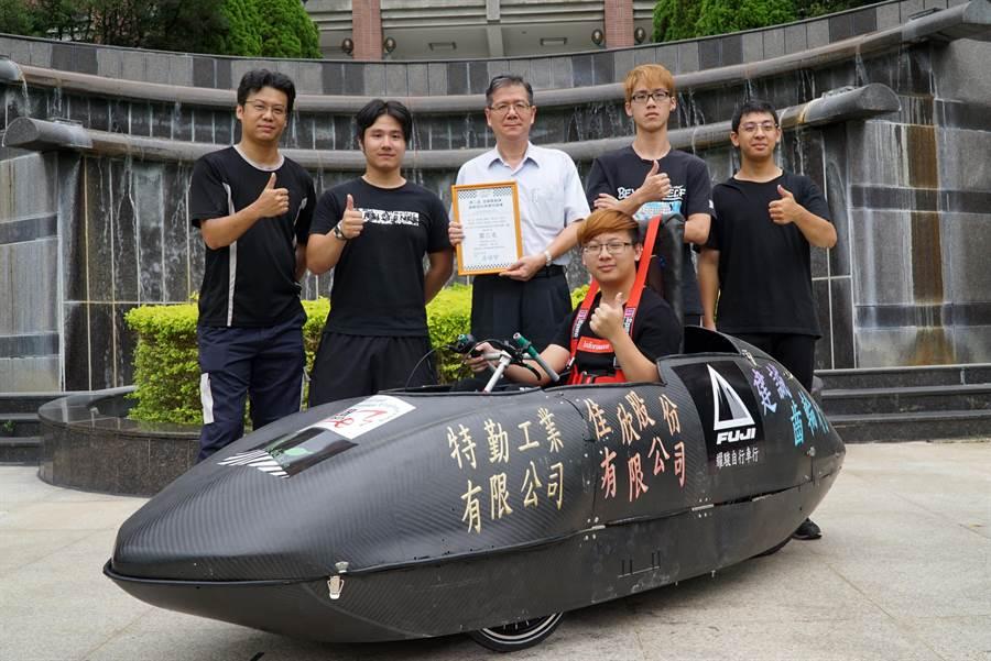 大葉大學機械系學生與紀華偉主任(中)分享得獎喜悅(謝瓊雲翻攝)