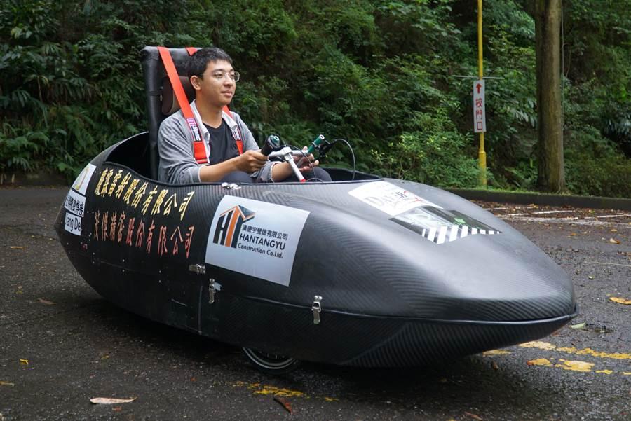 大葉大學機械系設計的電動車,車殼是碳纖維。(謝瓊雲翻攝)
