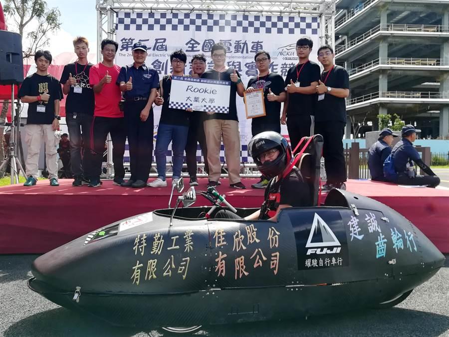 大葉大學機械系赴台南參加第二屆全國電動車創新設計與實作競賽,獲頒靜態組第三名。(謝瓊雲翻攝)