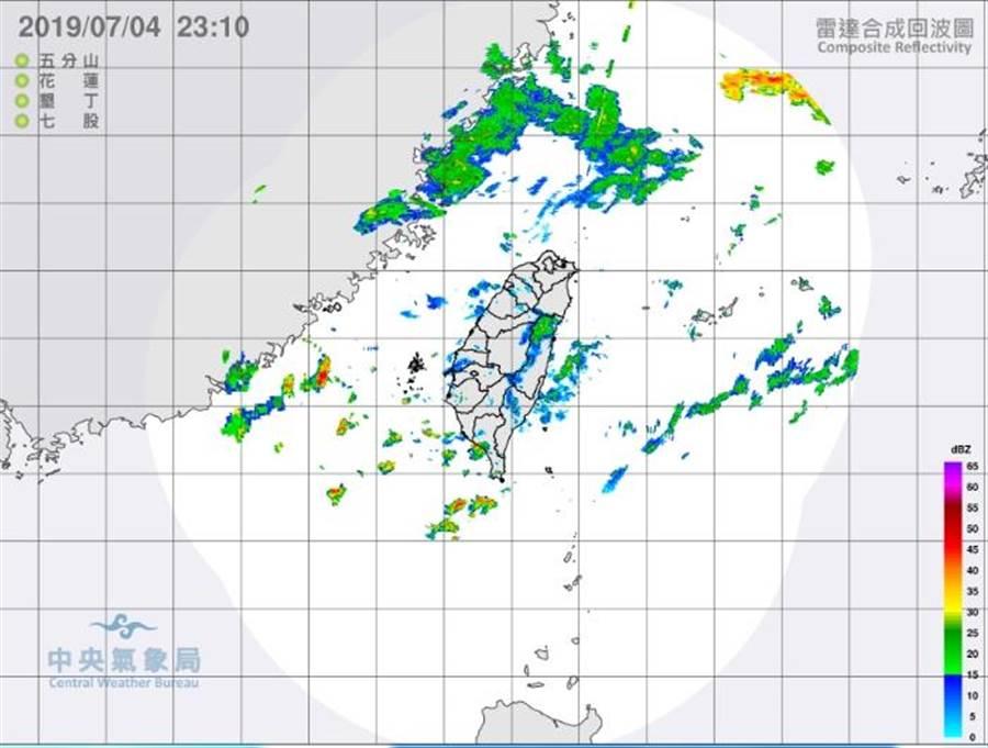 明天(5日)受到西南風影響,南部地區降雨機率持續偏高,易有大雨或局部豪雨發生。此為最新雷達合成回波圖。(擷圖自氣象局)