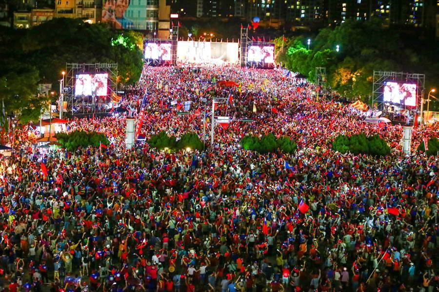 韓國瑜新竹封關場晚會上演經典大合唱,現場亮起手機燈海。(本報資料照片)