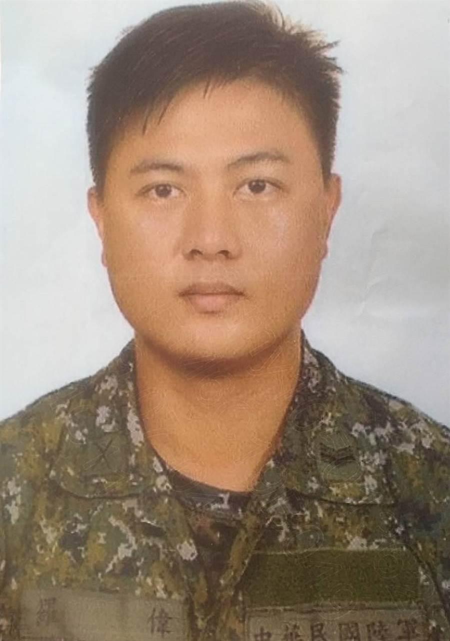 協助制壓殺警凶嫌的「黑衣男」是8軍團迫砲班長羅偉。(國防部提供)