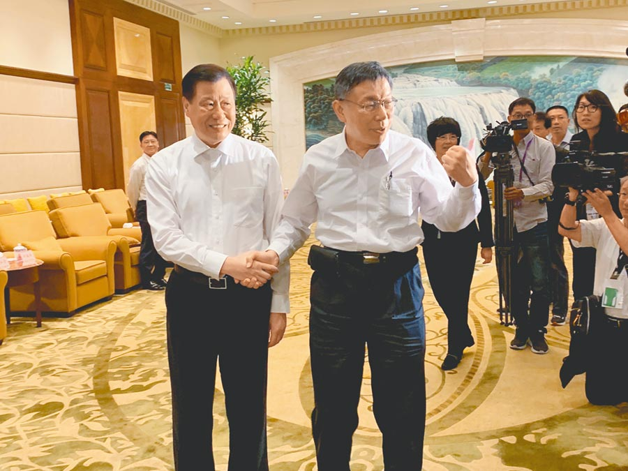 上海市長應勇(左)與柯文哲見面,兩人握手致意。(林縉明攝)