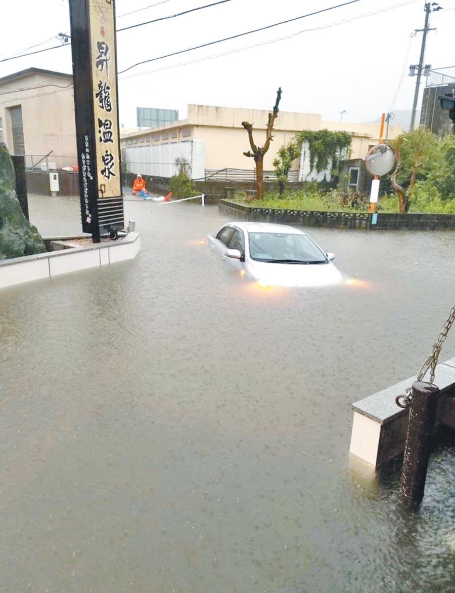 日本九州豪雨成災,圖為日本網友在推特上傳的照片,鹿兒島縣浸泡在水中,道路成了河道。(翻攝自推特)