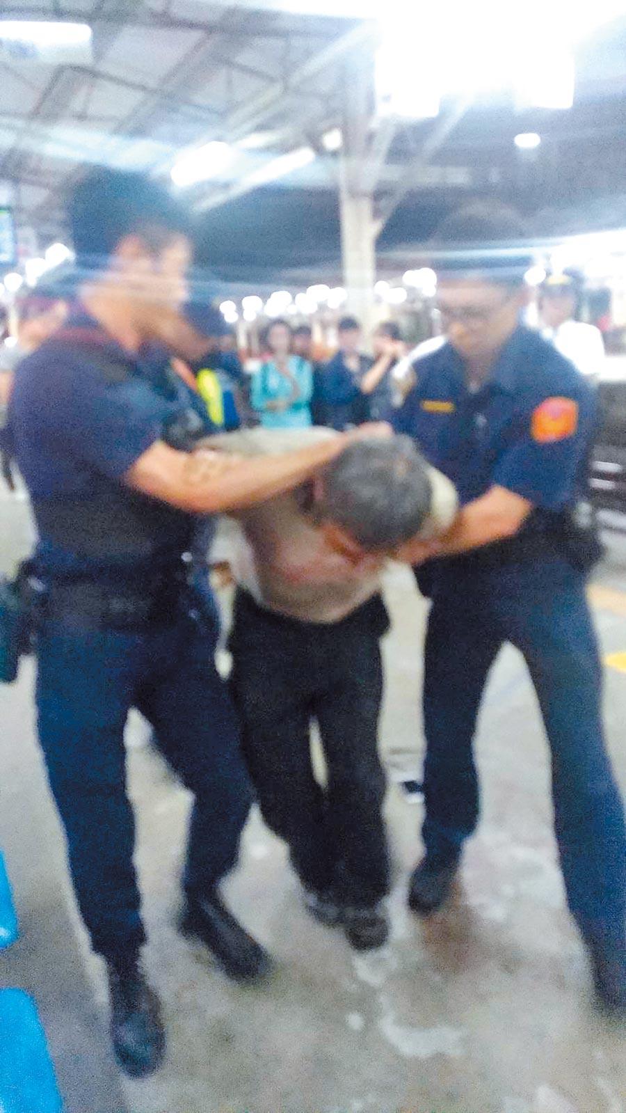 台鐵嘉義火車站驚傳隨機砍人,經查證後為1名男子因補票糾紛,持刀刺傷處理員警。(翻攝自臉書)