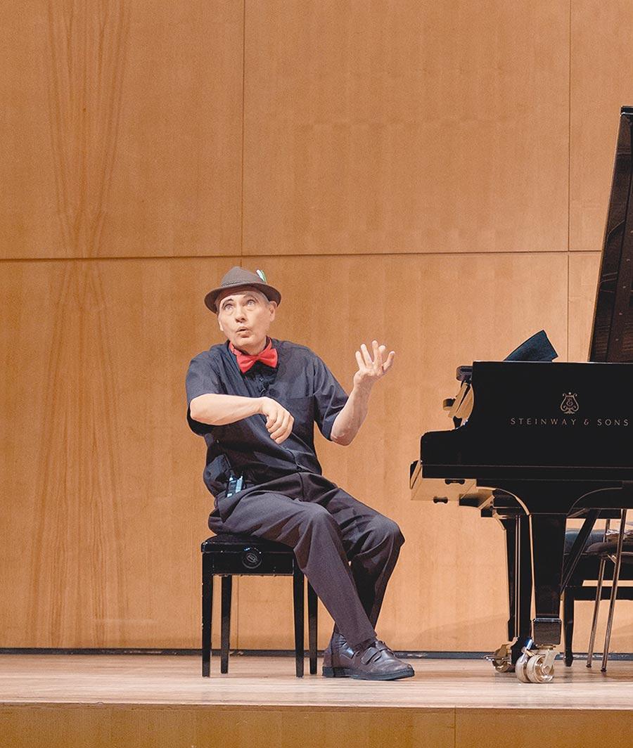 魏樂富化身說書人,在舞台上邊朗誦、邊彈琴,訴說台灣故事。(好海洋藝術提供)