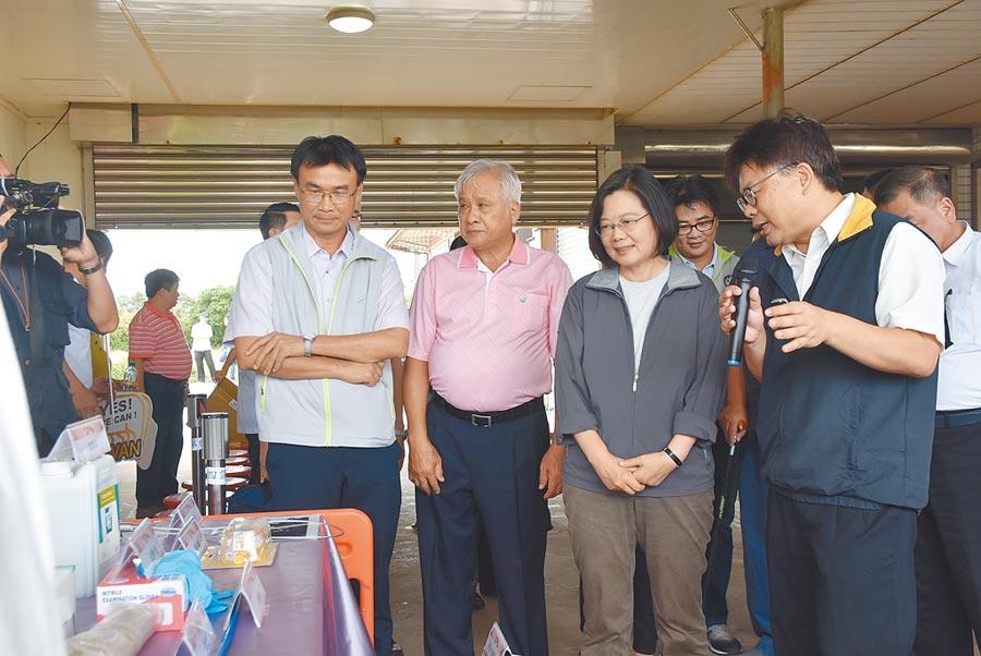 蔡英文總統(右二)3日下午前往新竹縣新豐鄉一處養豬場,肯定台灣對於口蹄疫除名所作的努力。(莊旻靜攝)