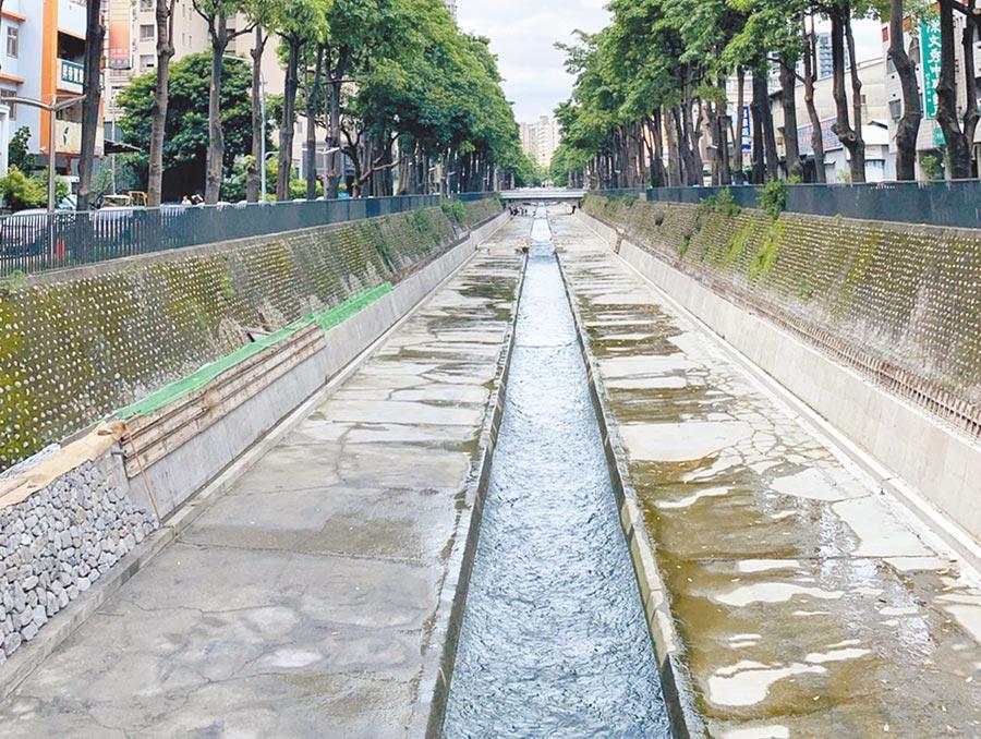 潮洋溪及惠來溪護岸屬混凝土三面光,水質介於中度至嚴重汙染間,不利生物棲息。(陳世宗攝)