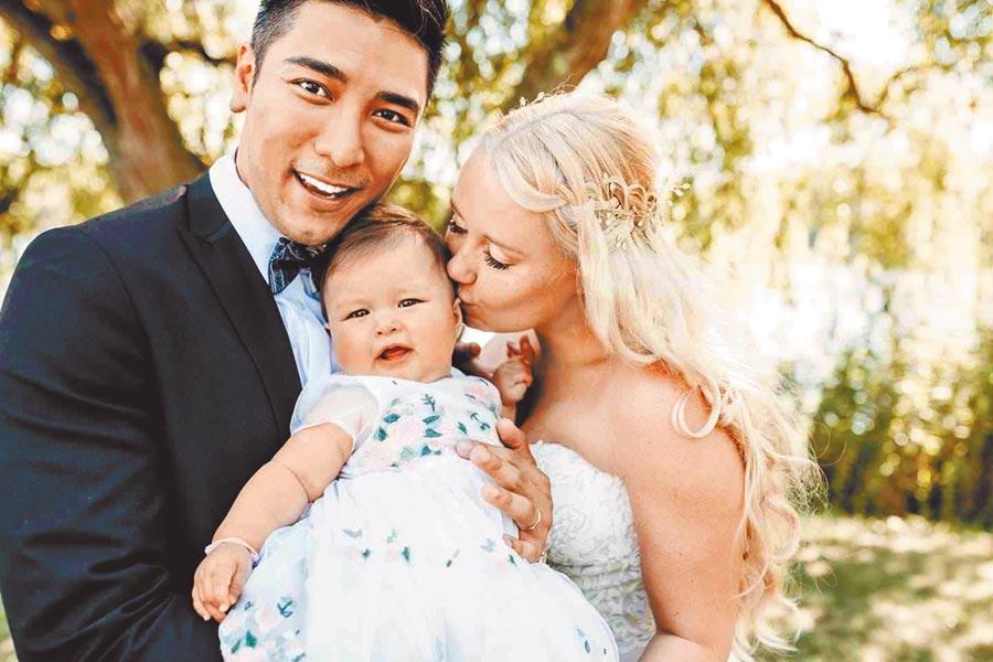 羅平(左)上月29日與老婆Madlen在德國結婚,8月大的女兒也曝光。(翻攝自臉書)