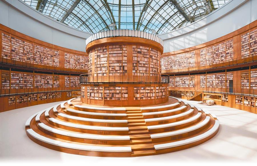 香奈兒發表秋冬高級訂製服大秀,將大皇宮打造成一座大型圖書館,充滿書卷味。(CHANEL提供)
