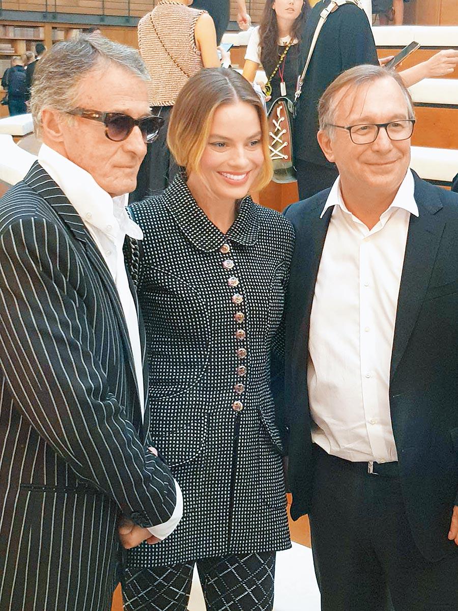 瑪格羅比出席香奈兒高訂服大秀,與香奈兒服飾名品部總裁Bruno Pavlovsky(右)和形象總監Eric Pfrunder合影。(陶福媛攝)