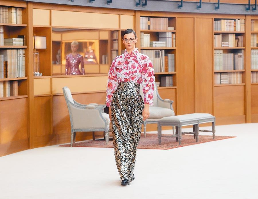 香奈兒高訂服融入品牌最引以為傲的羽飾與刺繡工藝。(CHANEL提供)