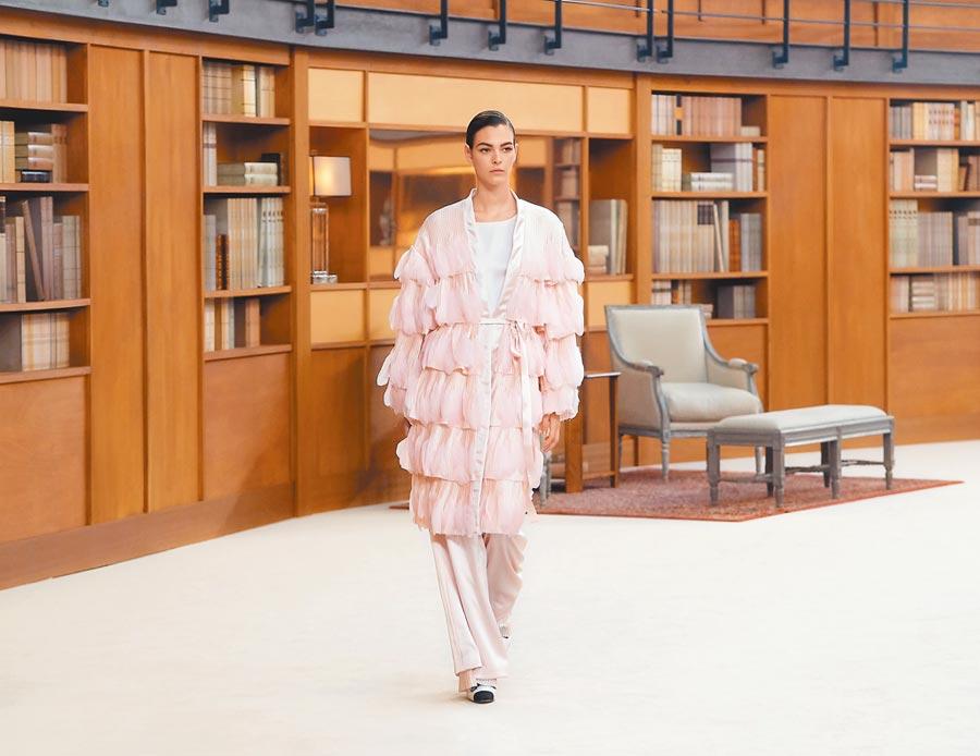 香奈兒高訂服的最後一套褲裝為新娘禮服,絲綢長褲搭羽飾罩衫,打破傳統婚紗的時尚風貌。(CHANEL提供)