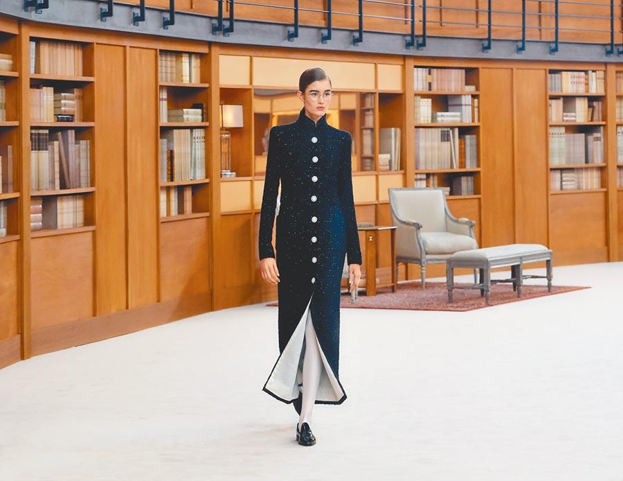 黑色學士服的飄逸長袍,裙襬露出白色絲綢內裡,讓人聯想到翻開的書頁。(CHANEL提供)