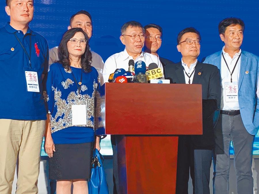 柯文哲(中)3日參訪上海洋山深水港,對是否與國台辦主任劉結一見面表示,繼續看下去。(本報系記者林縉明攝)