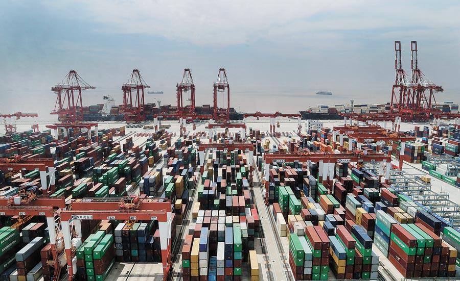 從控制塔上俯瞰上海洋山港四期無人碼頭。(新華社)