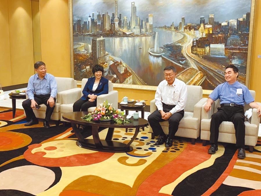 台北市長柯文哲3日率團赴上海參加雙城論壇,上海市副市長宗明(左2)、台辦主任李文輝(左1)前往接機。(北市府提供)