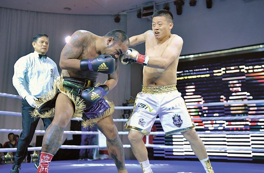 3月23日,練喻軒( 右)在深圳世界職業泰拳爭霸賽對陣泰國拳手撤蘭蓬獲勝。(中新社)