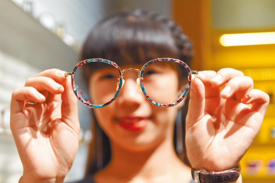 在江蘇丹陽國際眼鏡城,一名工作人員在展示色彩鮮豔的眼鏡框架。(新華社資料照片)