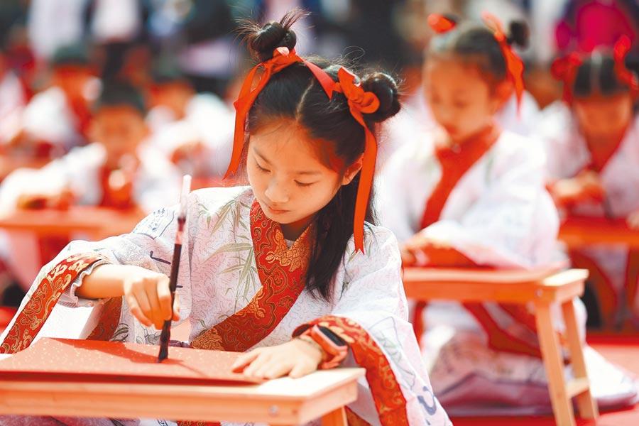 4月30日,南京身著漢服的孩子們寫書法。(中新社)