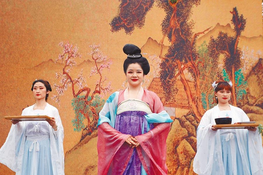 6月6日,上海科創菁英脫去西裝換上漢服,吟誦起舞。(中新社)