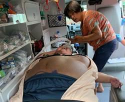 300公斤壯漢呼吸困難 6警消拆門抬送醫