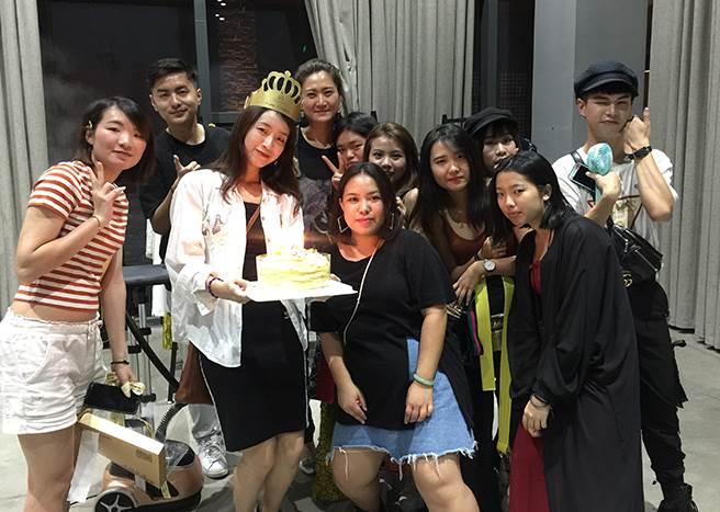 玄奘大學師生跨海到武漢替壽星曾宇謙同學慶祝22歲生日。(楊宜臻攝)