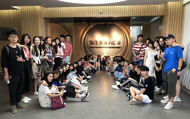 學員參訪「荊處紡織非遺館」了解無形文化遺產。(王雅芬攝)
