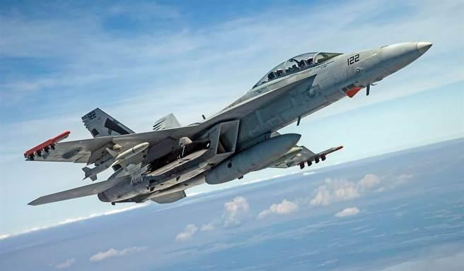 美國航空母艦艦載F/A-18E/F超級大黃蜂戰機將整合新式防區外長程反艦導彈。圖為F/A-18掛載LRASM。(圖/洛馬公司)