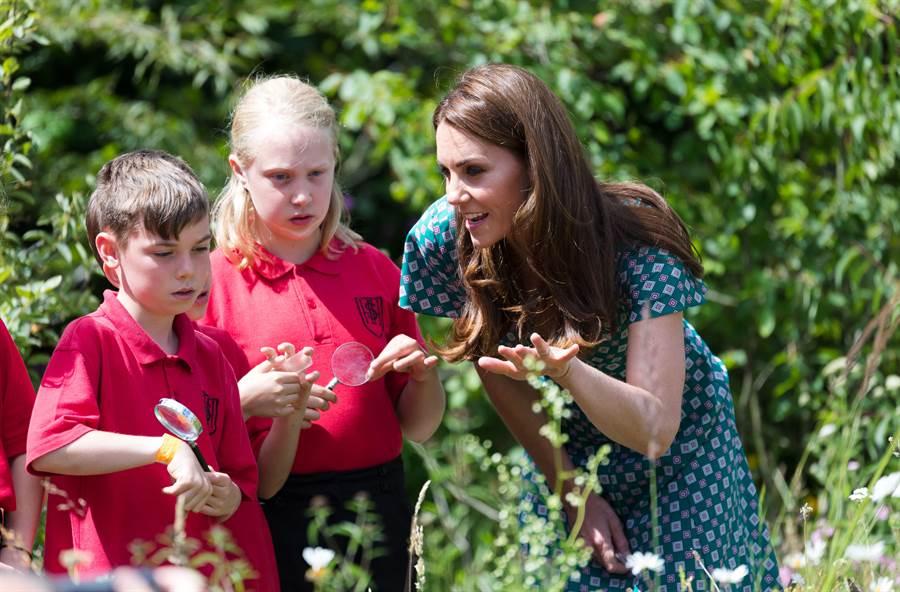 日前,凱特參訪漢普頓宮花展,帶領孩童一同參與活動。(圖/達志影像)
