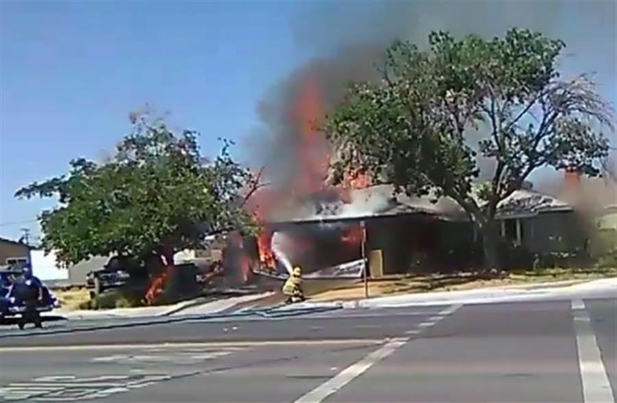 美國國慶日不平靜!加州里奇雷斯特市(Ridgecrest)6.4強震後有民宅起火,消防人員急忙救火。(圖/美聯)