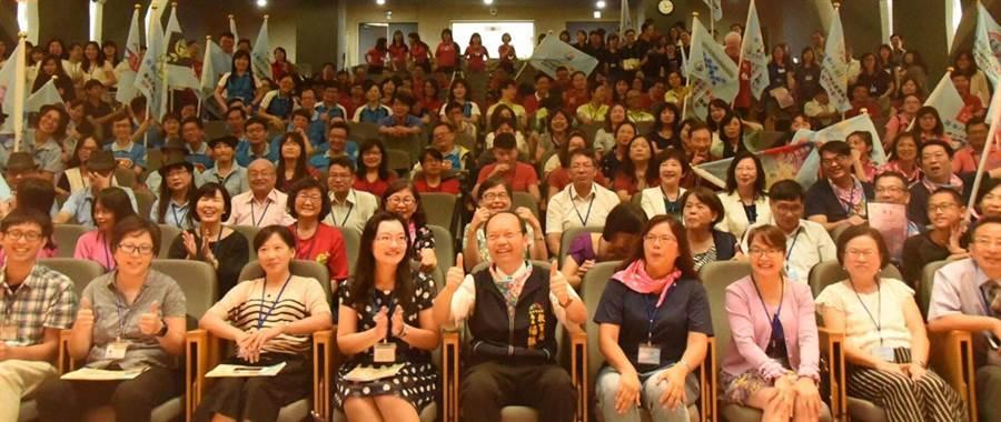台中市政府教育局昨日在惠文高中舉辦「國民教育輔導團授證典禮」,來自22個領域議題輔導小組共369位團員成為生力軍。(陳世宗翻攝)