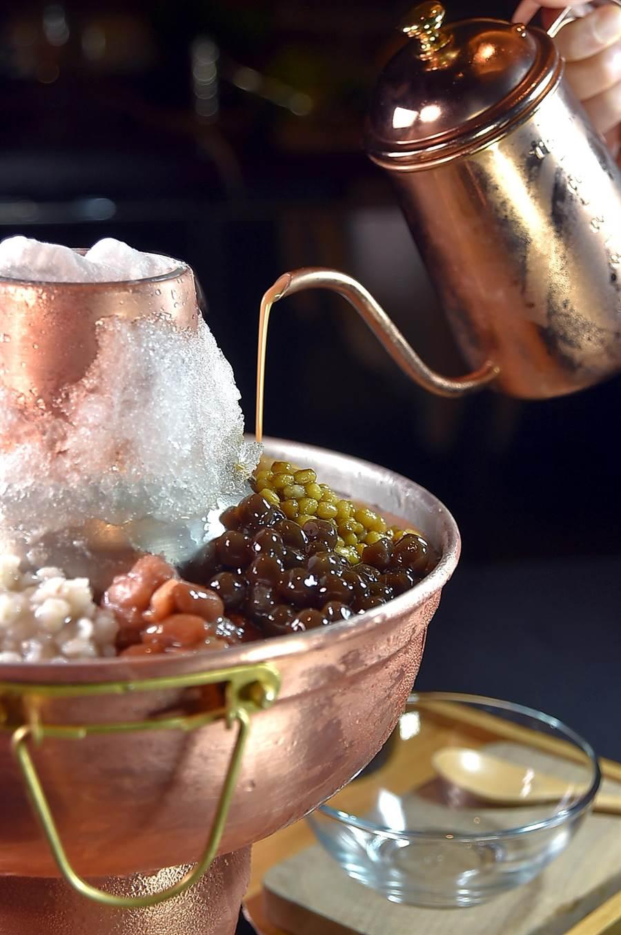 炎炎夏日在台北晶華酒店〈azie〉享用氣勢澎湃的〈波霸冰鍋〉,可以選擇是泰式奶茶或帶有佛手柑香氣的伯爵奶茶為「湯底」。(圖/姚舜)