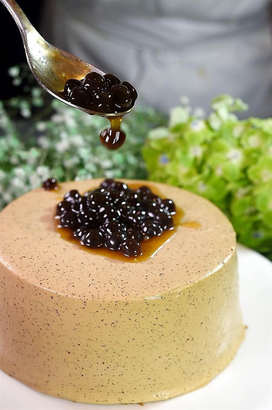 〈珍珠奶茶戚風蛋糕〉的蛋糕體與外層均用珍珠奶茶提味,最後淋上顆顆飽滿的黑糖珍珠而成。(圖/姚舜)