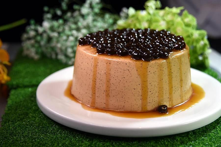 在台北晶華酒店〈azie〉餐廳與〈Regent gift Shop〉可買到與吃到的〈珍珠奶茶戚風蛋糕〉,有4吋、6吋與8吋3種尺寸可以選擇,表層的一顆顆黑糖珍珠宛如「發福的魚子醬」。(圖/姚舜)