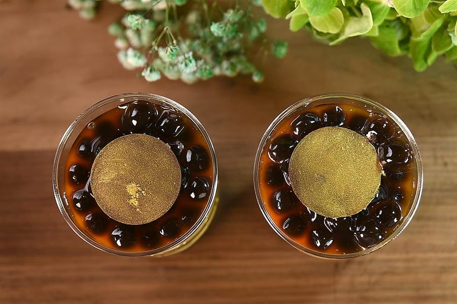 在〈Regent gift Shop〉外賣的〈珍珠提拉米蘇杯〉,主廚Andrea先將黑糖珍珠鋪底,疊上以馬斯卡彭起士、蛋黃、糖製成的馬斯卡彭起士醬,鋪上巧克力戚風蛋糕,淋上義式濃縮咖啡液,綴上珍珠和巧克力片而成。(圖/姚舜)
