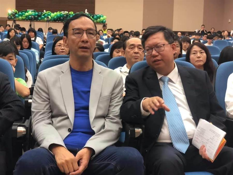 朱立倫(左)赴桃園參加獎學金頒贈活動。(呂筱蟬攝)