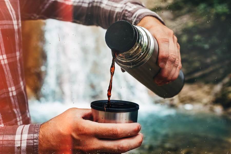 50歲男子每天用保溫瓶裝咖啡喝,已近20年。(圖/達志影像)
