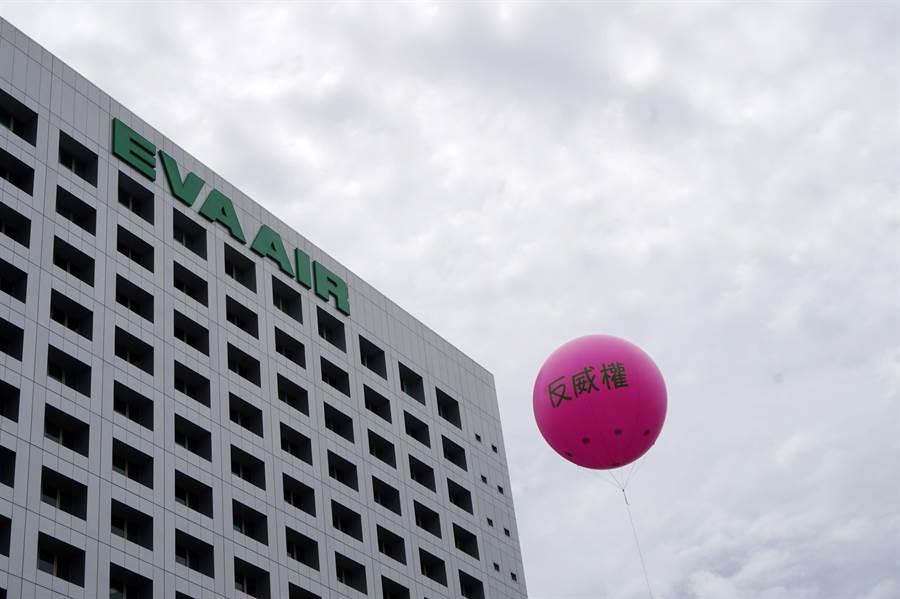 目前罷工現場只剩下工會粉紅色的大氣球。(甘嘉雯攝)