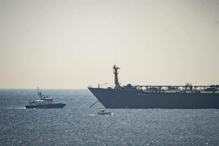 英國皇家海軍陸戰隊4日在英屬直布羅陀攔下一艘伊朗大型油輪的畫面。(美聯社)