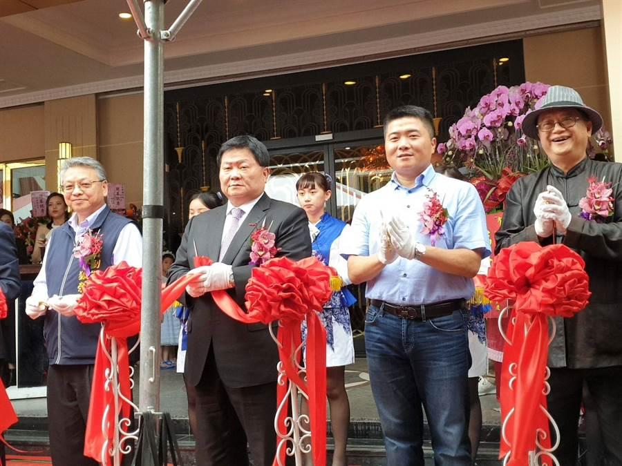 鎮瀾宮董事長顏清標、顏寬恒委員出席頂鮮海鮮餐廳開幕剪綵。(照片/游定剛 拍攝)