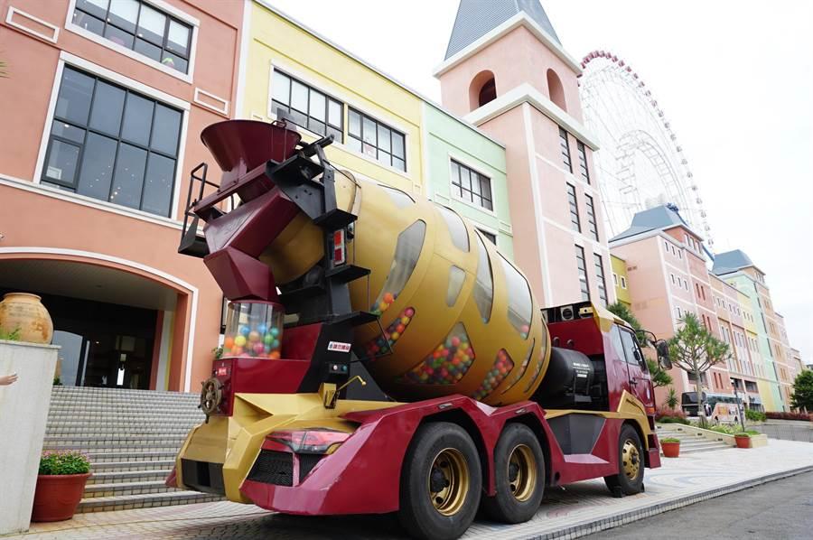 高4.2公尺的水泥攪拌車變身造型扭蛋機,號稱全台最大,與「天空之夢」摩天輪較勁。(王文吉攝)