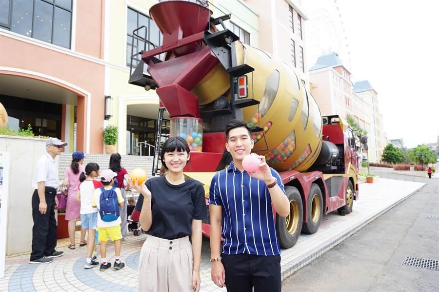 麗寶OUTLET MALL祭出「扭蛋驚喜」活動,保證蛋蛋都有獎,最大獎香港迪士尼機加酒來回機票。(王文吉攝)
