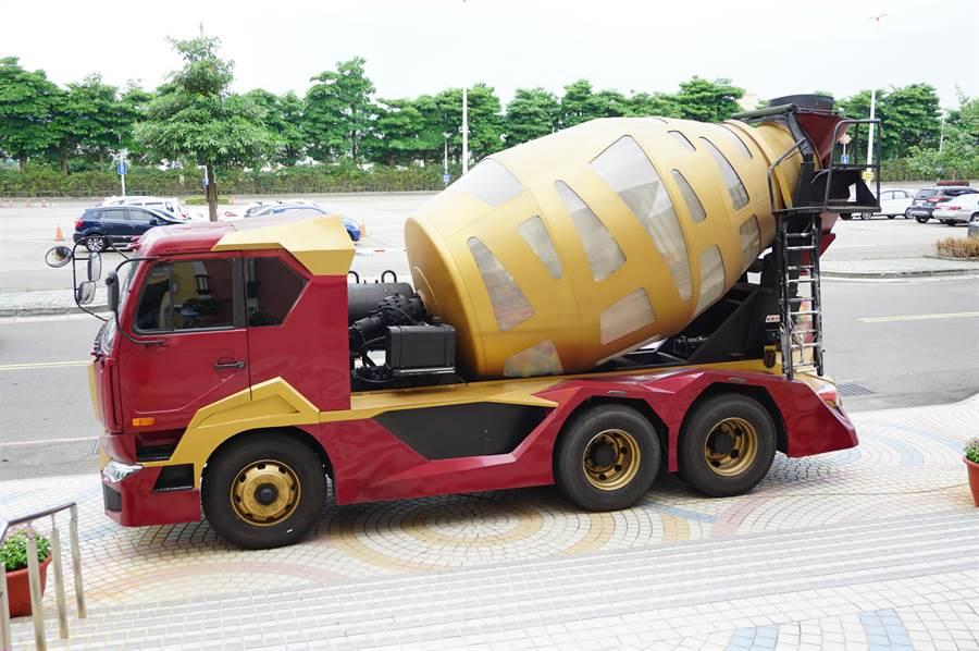 報廢水泥攪拌車換上「鋼鐵人裝」,吸引許多漫威迷打卡拍照。(王文吉攝)