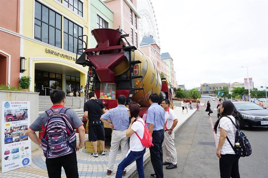 麗寶全渡假區消費滿5000元即可參加水泥攪拌車「扭蛋」活動。(王文吉攝)