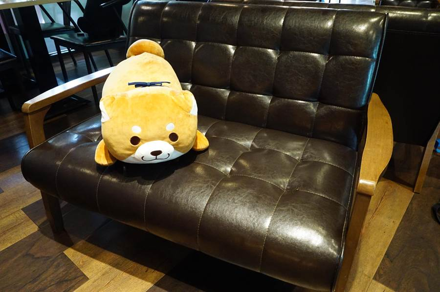黛麗佐手餐廳佈置肥嫩圓滾的柴犬布偶,提供消費者拍照打卡。(王文吉攝)