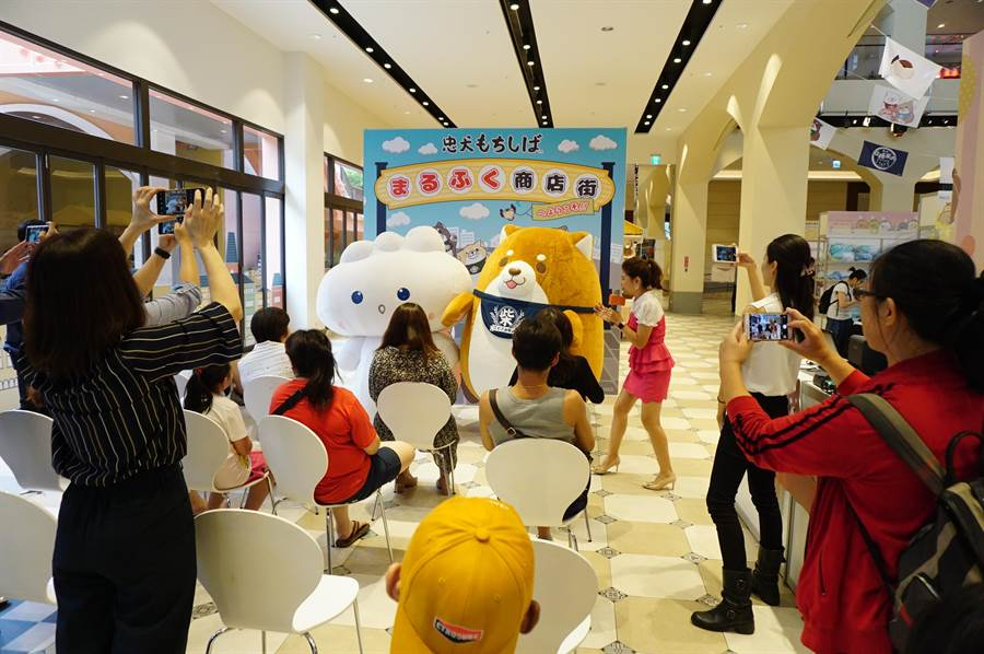 麗寶OUTLET MALL舉辦「忠犬麻糬柴犬」台灣首展,柴犬麻糬充氣玩偶一出場,引發全場驚呼。(王文吉攝)