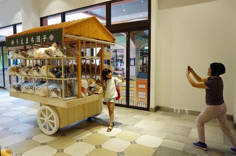 麗寶OUTLET MALL舉辦「忠犬麻糬柴犬」,展出柴犬麻糬主題商品。(王文吉攝)