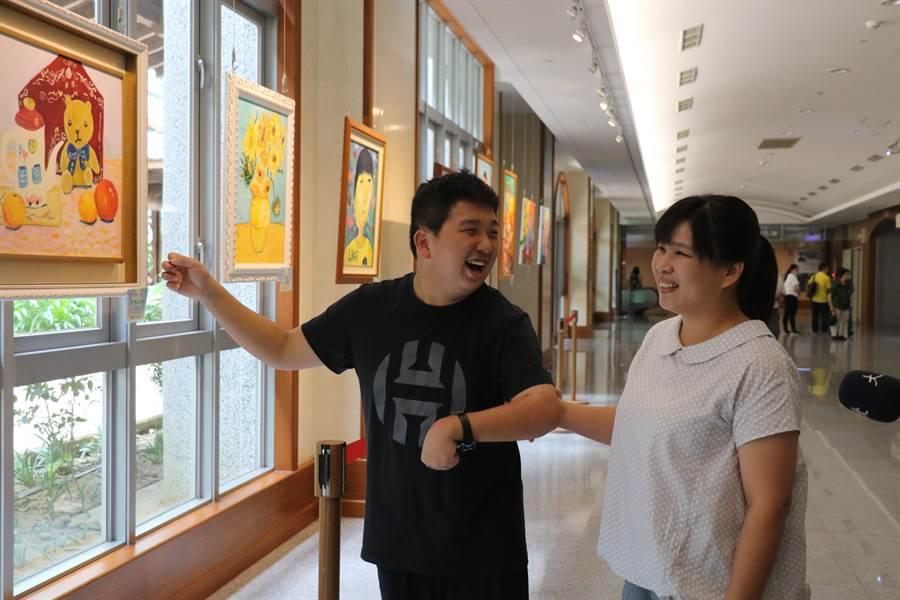 參與「『繽奇旅』信望愛智青藝能展」的「小青」與媽媽,欣賞在台中慈濟醫院展出的繪畫創作,格外開心。(王文吉攝)